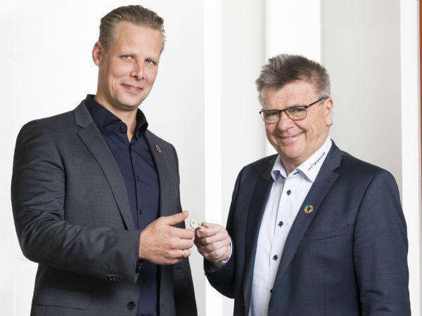 Bent Madsen (t.v.) tager over efter Jørgen Stenberg (t.h.), som netop har overdraget nøglen pr. 3. februar.