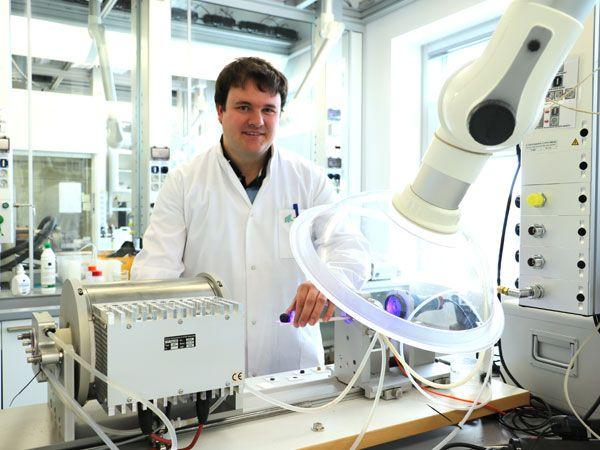 AAU-forsker, ph.d. Martin Bonderup Østergaard ses her ved varmemikroskopet. (Foto: Camilla Kristensen, AAU)