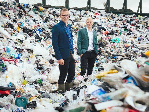 Rasmus Dall Nielsen (t.v.) og Emil Buur Trads (t.h.) har opfundet en maskine, der kan sortere affald, så man kan genbruge mere plast. (Foto: Ida Marie Jensen/AU)