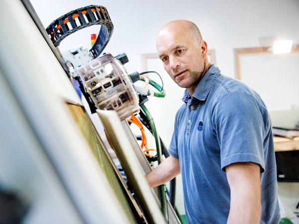 """CEO og grundlægger Peter Hartvigsen, Kobots: """"Den stemmestyrede robot Amigo skal videreudvikles""""."""