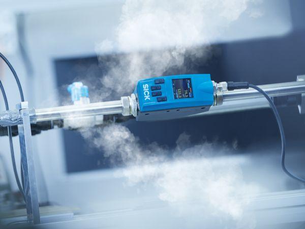 SICK FTMg kan vise tre parametre på én gang ved at måle flow, tryk og temperatur.