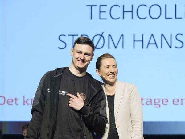 Automatikteknikerlærling Jens Skallerup Jensen, her ved DM i Skills-overrækkelserne, med statsminister Mette Frederiksen, er til daglig lærling hos Strøm Hansen A/S, og følger undervisningen ved Tech College Aalborg. (Foto: Per Daugaard)