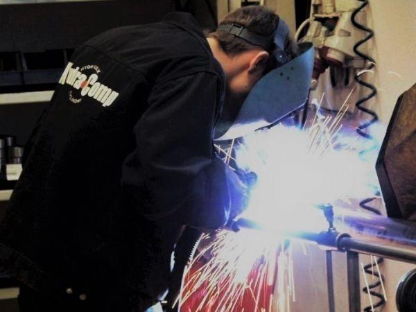 Der er indført toholdsskift i produktionen hos Hydra-Comp. En kortere leveringstid på specialcylindre har allerede givet flere ordrer.