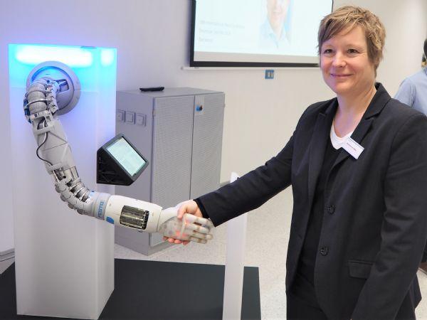 The Bionic Softhand fra Festo udgør en naturlig tilgang til AI, understreger lederen af Festos Bionic Projects-produktgruppe, Karoline von Häfen.