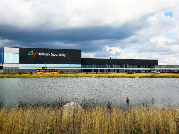 Bæredygtighed og effektiv LAR-håndtering af regnvandet i tagmembranen har været i fokus ved opførslen af Holbæk Sportsby. (Foto: Tegnestuen Kullegaard)
