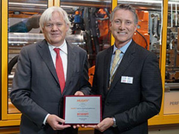 John Galt (t.h.), President og CEO i Husky Injection Molding Systems, overrækker her EMEA Supplier Award-hæderen administrerende direktør og ejer af Beckhoff Automation, Hans Beckhoff (t.v.).