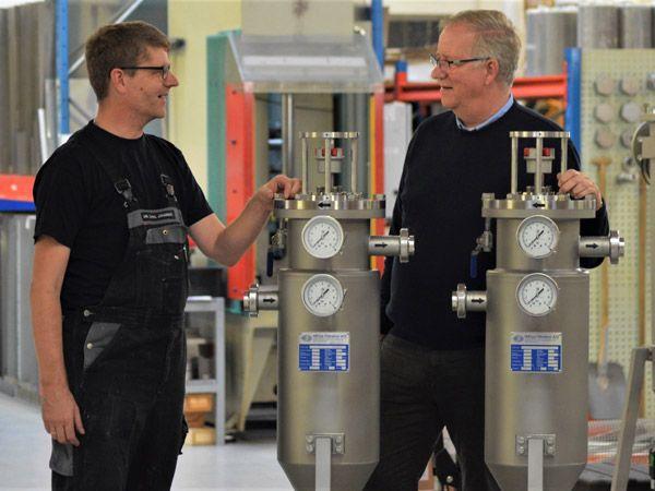 Administrerende direktør Svend K. Andersen (t.h.) i samtale med Jan Johansen i produktionen i Hedensted. Direktøren forventer, at afsætningen af specialfiltre til de franske mejerier vil stige de kommende år.