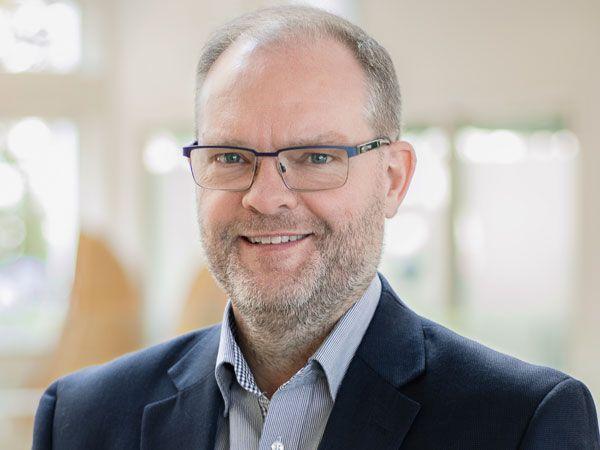 Det er en stolt CEO Claus Risager, som på vegne af Blue Ocean Robotics har modtaget en IERA Award 2019.