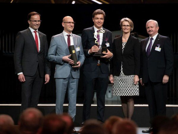 Sidste års vinder var NanoWired, som her har modtaget det synlige bevis på Hermes Award-hæderen. 2020-vinderen får prisen overrakt forud for Hannover Messe 2020, søndag den 19. april.