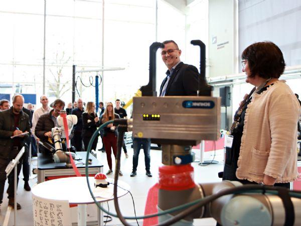 Flemming Møller, der er Head of Global Manufacturing Concepts hos Kamstrup, og direktør for Produktion & Innovation hos Teknologisk Institut, Anne-Lise Høg Lejre, indviede Cobot Lab til ROBOTBRAG 2019. (Foto: Teknologisk Institut)