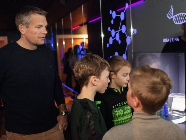 Den første danske astronaut Andreas Mogensen (t.v.) fik et smugkig ind i udstillingen, da han gæstede Aarhus Universitet og Steno Museet i forbindelse med fejringen af 200-året for H.C. Ørsteds opdagelse af elektromagnetismen. (Foto: Søren Kjeldgaard)