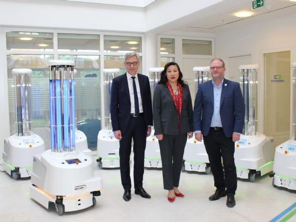 Selvkørende danske desinfektionsrobotter bliver nu sendt afsted til en række hospitaler i Kina for at hjælpe med at bekæmpe coronavirus, også kaldet COVID-19. Det sker efter, at Sunay Healthcare Supply i dag underskrev en aftale med den danske virksomhed UVD Robots i Odense. Fra venstre ses Per Juul Nielsen, CEO, UVD Robots ApS, Su Yan, CEO, Sunay Healthcare Supply samt Claus Risager, der er bestyrelsesformand i UVD Robots ApS.
