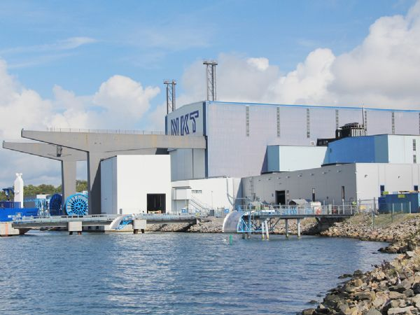 NKT-fabrikken i svenske Karlskrona har kørt på grøn elektricitet i noget tid, og nu skal  højspændingsfabrikken i Køln følge med, Det betyder, at NKT reducerer CO2-aftrykket af sine højspændingskabler.
