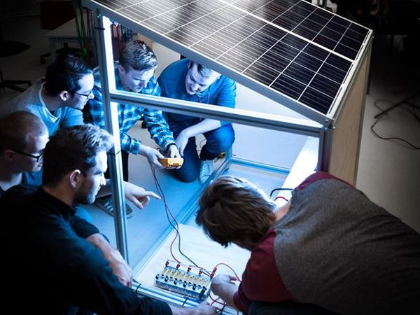 Et solcelleshelter, som tidligere er blevet udviklet af nogle af universitetets ingeniørstuderende, er ét eksempel på, hvordan man kan komme problemet med adgang til ren energi i Zambia, Afrika, til livs. Shelteret er en billig, fleksibel og modulerbar solcelleløsning til en befolkning, hvor under fem pct. af den landlige befolkning har adgang til elektricitet. (Foto: Lars Kruse)