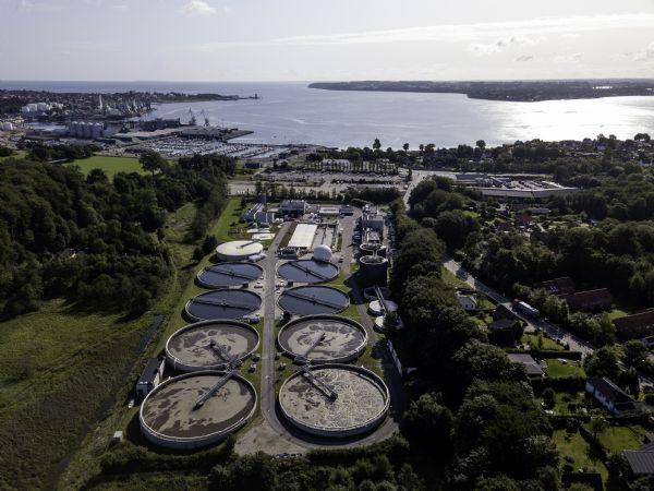 Fredericia Spildevand & Energi driver blandt andet Danmarks næststørste renseanlæg, der ligger nogle få hundrede meter fra Lillebælt omkranset af boliger, erhverv og beskyttede naturområder. (Foto: Fredericia Spildevand & Energi)
