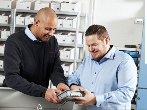 Ferrum Automation-afdelingsleder Benjamin Dima Poulsen (t.v.) har pr. december suppleret medarbejderstaben med Jakob Larsen (t.h.).