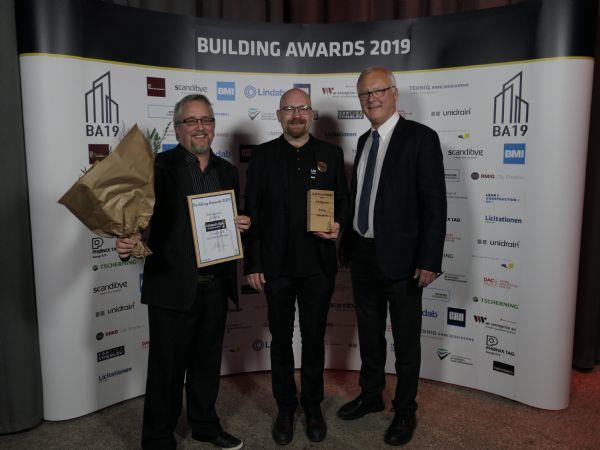 Prismodtageren Alex Lisbjerg (i midten) fik overrakt Teknikprisen af direktør Arbejdsgiverne Niels Jørgen Hansen (t.h.).