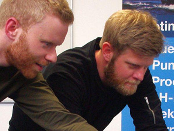 Rasmus Rossen Kristensen (t.v.), der er uddannet maskinmester og er medejer af HH Instruments, ses her i en undervisningssituation fra et tidligere gratis-kursus.