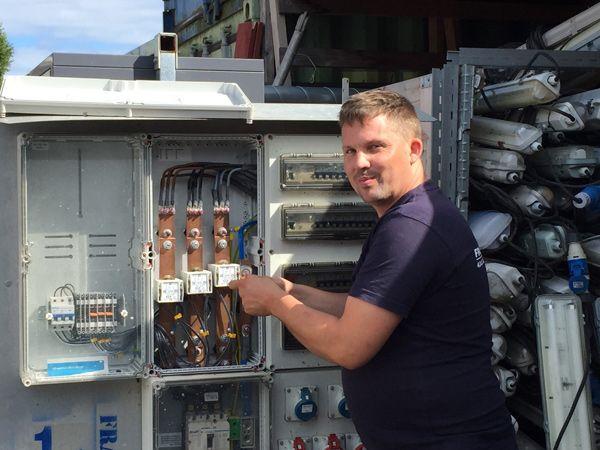 I foråret blev Fredrik Skovgaard elektriker efter en veloverstået svendeprøve. Desuden kunne han se frem til at fortsætte hos elinstallationsvirksomheden Frandsen El i Glostrup. Nu som færdiguddannet elektriker. (Foto: Frandsen El)