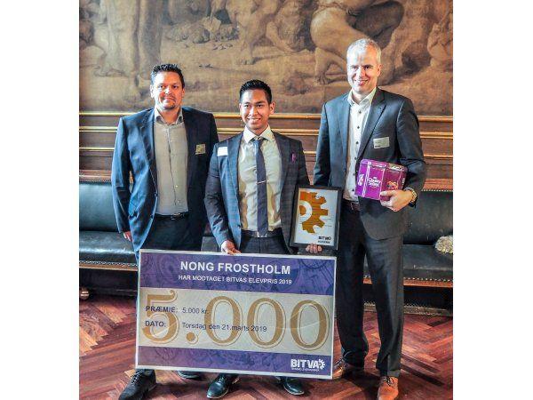 BITVA-Elevprisen blev sidst år tildelt Nong Frostholm, der her flankeres af indstiller og chef, teamleder Benny Berthel, Gustav Fagerberg A/S, (t.v.), og bestyrelsesmedlem i BITVA, direktør Peter Larsson, Folke-Larsens Eftf. A/S.