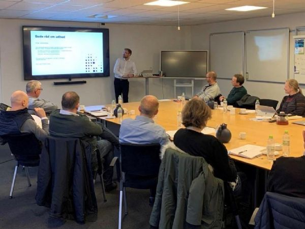 Pumpe- og ventilgruppen lyttede intenst til Christian Lund Hansen fra Dansk Erhverv.