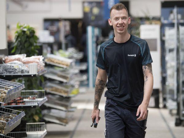 Et af mange eksempler på, at eleverne fortsætter efter endt uddannelse hos Sanistål er  22-årige Patrick Adler Kristensen.