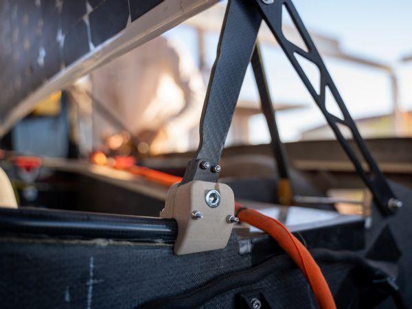 Ud over  Igus´ Iglidur-glidelejer i styring og affjedring, blev der benyttet printede lejer fremstillet af tribo-polymeren Iglidur I3 i afdækningsmekanismen til hurtig ind- og udgang. (Kilde: Covestro Sonnenwagen Aachen)