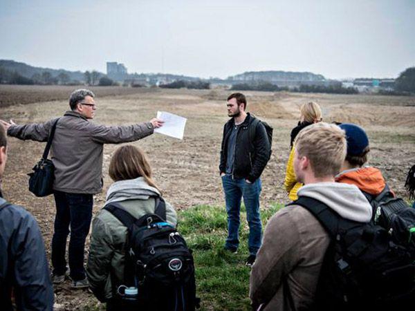 SDU-professor Jens Troelsen viser her rundt på Campus Odense, der udvides med Active Living Area. (Foto: Michael Bager)