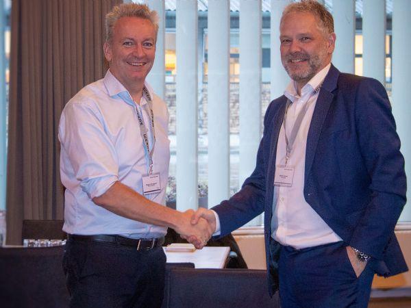 Wexøe-CEO Mogens Brusgaard (t.v.) og Harting Danmark-direktør Henrik Jensen, giver hånd på den aktuelt indgåede samarbejdsaftale.