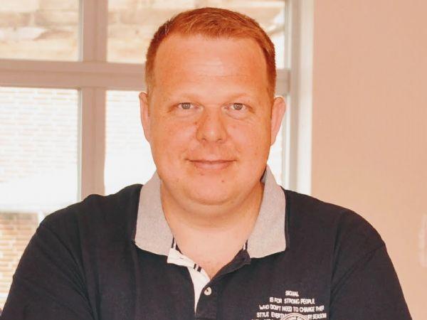 Automationsteknolog Jens L. Vestergaard t er aktuelt tildelt Dansk El-Forbunds Innovationspris 2020 for hans afgangsprojekt, hvor han har visualiseret, hvad det reelt koster i energiforbrug at drive lakeringsanlægget til bordplader og gjort det synligt, hvor man kan optimere energiforbruget i produktionen.