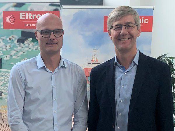 ndlemmelsen af Blaaholm Hard Automation i Eltronic Group besegles her af Torben Blåholm (t.v.) og Lars Jensen (t.h.).