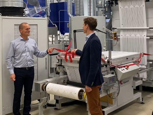 Mekoprints Quality & Technology Director Morten Christensen (t.v.) sammen med CEO Anders Kold ved det røde bånd, som aktuelt er blevet klippet på den specialdesignede serigrafiske tryklinje.