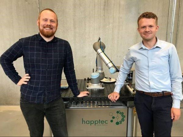 Happtecs Bjarke Kirkelykke Skjølstrup (t.v.) og Andreas Holmetoft Lyder (t.h..) glæder sig over nu at kunne lancere Happtec Smart Gateway, der er lanceret, samtidig med at virksomheden forlader Startup Hub ved Odense Robotics.