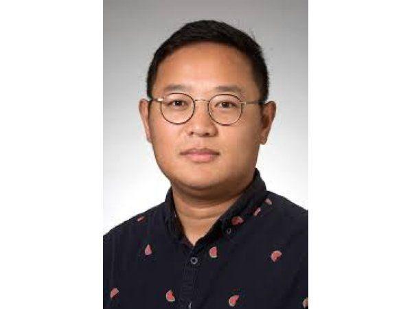 AU-projektet vil benytte en synergi af enzymer, der sammen med et nyt kulstof-nano-materiale i et multi-step system fuldstændig kan nedbryde PFAS til ikke-skadelige komponenter, oplyser adjunkt Zongsu Wei, der er ekspert i rensning af vand ved AU's Institut for Bio- & Kemiteknologi.