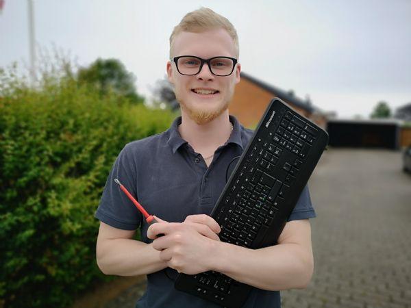 Nu bliver de første automationsteknologer færdige i Hedensted. En af dem er Rasmus Stampe Laursen, der allerede har landet et job, hvor han både skal programmere og skrue. (Foto: Dania)