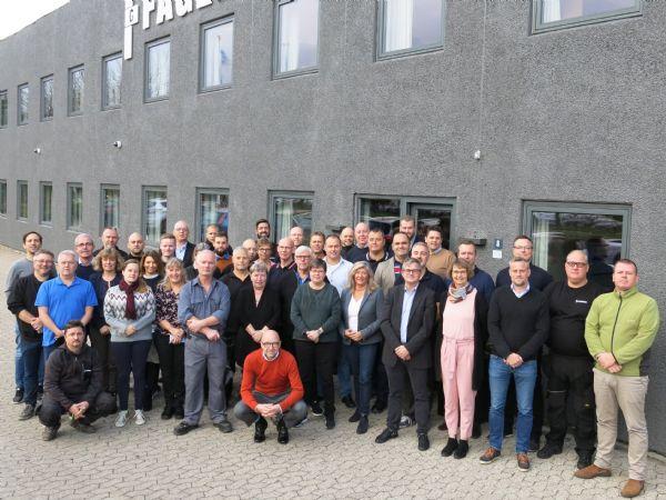 Fagerberg har i dag 47 ansatte. De fleste er her samlet foran firmaets domicil i anledning af det forestående 50 års-jubilæum.