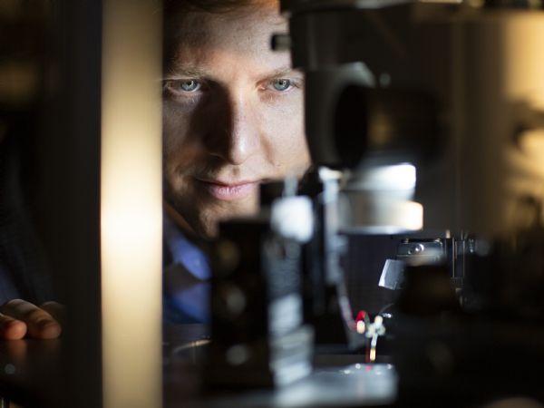 Adjunkt Nicolas Volet, AU's Institut for Ingeniørvidenskab, venter sig meget mulighederne ved at kunne indsnævre laserens linjebredde. (Foto: Melissa Yildirim/AU Foto)