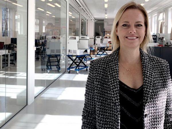"""""""Selv om det er på en trist baggrund i en verden ramt af epidemi, at markedet for alvor kan se perspektiverne i vores teknologi, så er vi glade for at kunne gøre en forskel for både patienter og personale,"""" siger CEO i Flow Robotics, Annika Isaksson."""