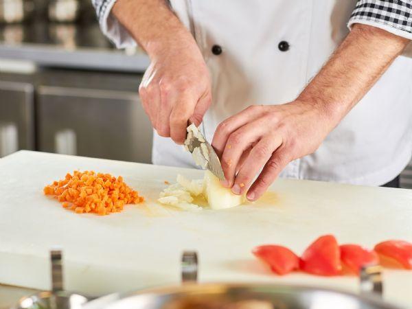 Udskæring af grøntsager kan være et hårdt og nedslidende arbejde. Nu er en dansk robot-kokkekniv snart på markedet – godt hjulpet af et innovativt regionalfondsprojekt på Sjælland. (Foto: Colourbox)