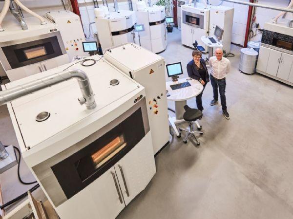 Susanne Damvig og Jesper Damvig har her taget opstilling i Taastrup-virksomhedens store AM-maskinrum.