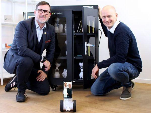 Shape Robiticss CCO Steen V. Lund (t.v.) og CEO David Johan Christensen (t.h.) glæder sig over aftalen med GC Healthcare og dermed muligheden for at sælge producentens rensestationer.