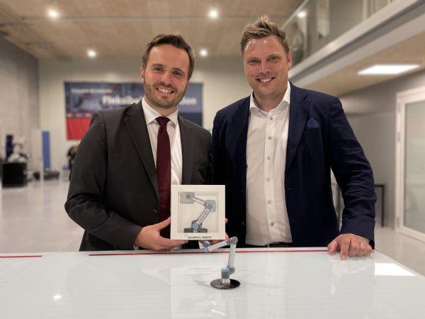 Erhvervsminister Simon Kollerup (t.v.) offentliggjorde mandag formiddag regeringens aktuelle automatiseringspotentialenalyse i forbindelse med besøget ved Technicon i Hobro, hvor direktør Casper Hansen (t.h.) viste rundt.