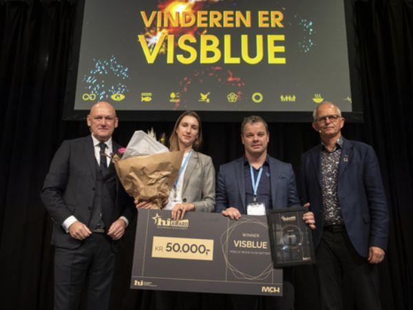 Vinderne af den første hi Sustainable Development Award, der overraktes ved hi ' 19 blev Visblue (i midten). Her er de fotograferet i selskab med MCH-direktør Georg Sørensen (t.v.), og IDA-formand Thomas Damkjær Petersen (t.h.). (Foto: MCH/Lars Møller)