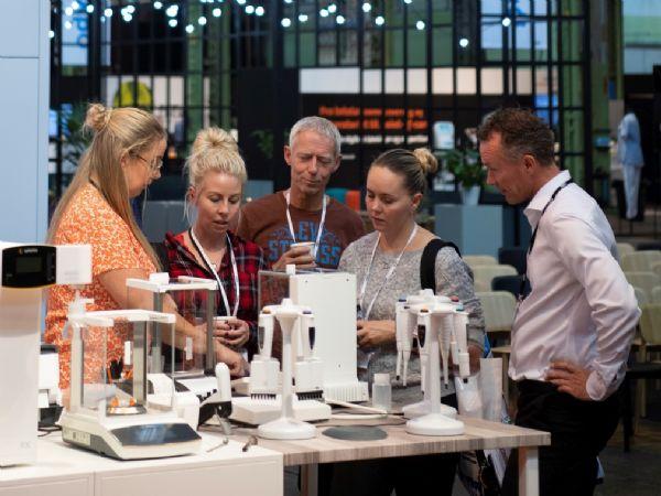 I år kan bioanalytikere, laboranter, diagnostikere og udstyrsleverandører endelig mødes og udveksle erfaringer og få idéer til smartere måder at løse deres arbejdsopgaver på. Det sker, når DiaLabXpo gennemføres 22. og 23. september på Docken i København.