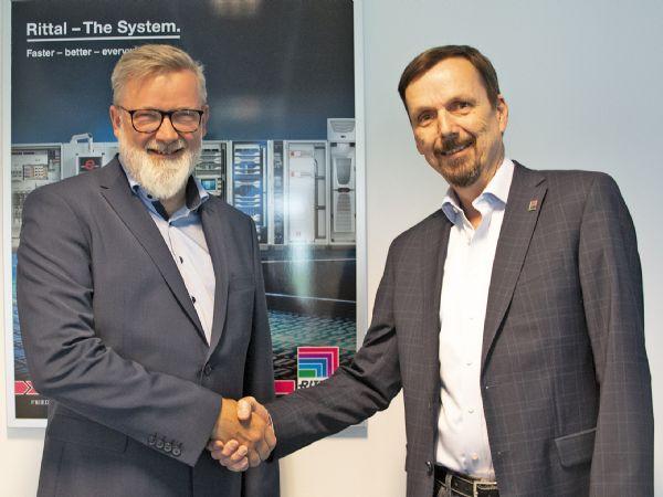 Wexøes Kim Schrøder (t.v.) og Rittals Henrik Hansen (t.h.) har netop givet hinanden hånden på den fremadrettede danske distributionsaftale.