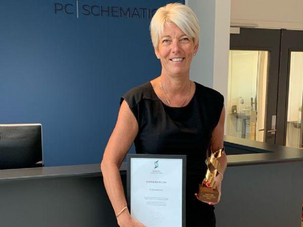Den ene af ejerne af PC Schematic, Hanne Rossen, ses her med årets udmærkelse.