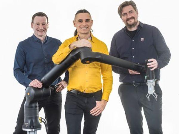 Sales Manager Dieter Pletscher (t.v.) flankerer Lasse Kieffer og CEO Kristian Kassow ved firmaets 7-aksede cobot KR1805.