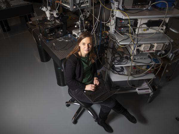 AU-adjunkt Pernille Klarskov Pedersen leder forskningsprojektet, der vil fremstille sensorer, der kan måle tornadoer i nano-størrelse. (Foto: AU Foto)