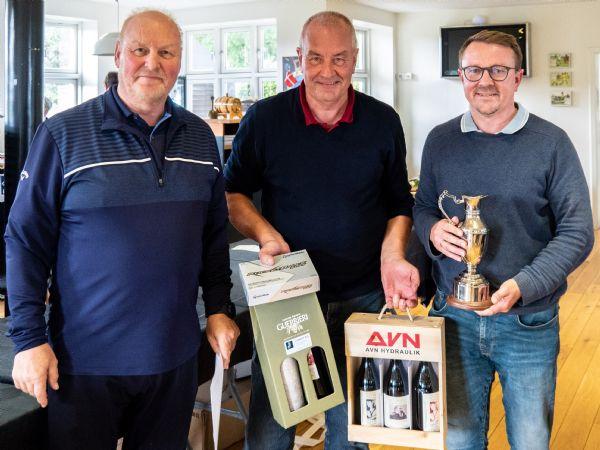 BITVA golfmester 2021 Peter Jørgensen (t.h.), får her overrakt mesterpokalen samt præmier af arrangørerne Ole Kobberholm (t.v.), og Per O. Rasmussen.