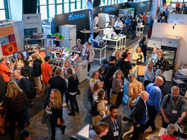 Selv om Danmark er et relativt lille land, ville det tage lang tid at besøge 59 producenter af Life Science-udstyr. På DiaLabXpo 2021 i Docken i København var 1.218 forbi.